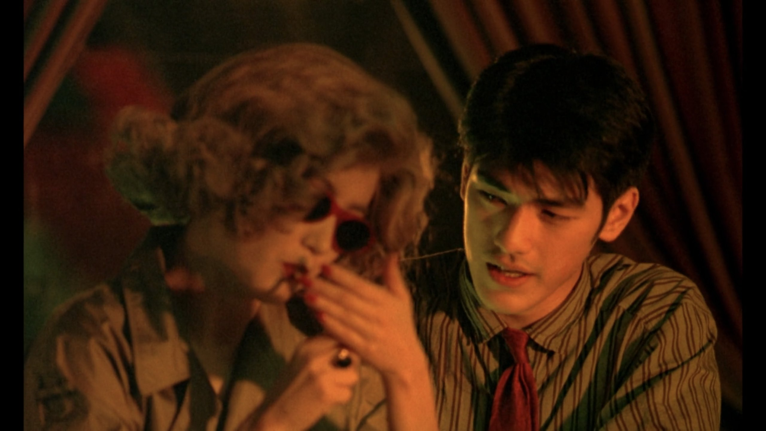 He Qiwu and the woman in the blonde wig sit at a bar in Chungking Express