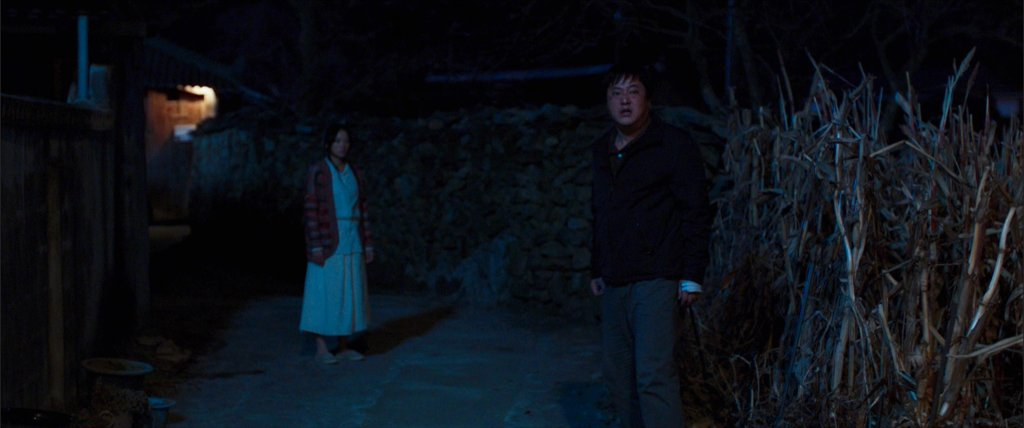 Jong-goo decides whether to leave Moo-myung (The Woman in White) and go back to his daughter in The Wailing