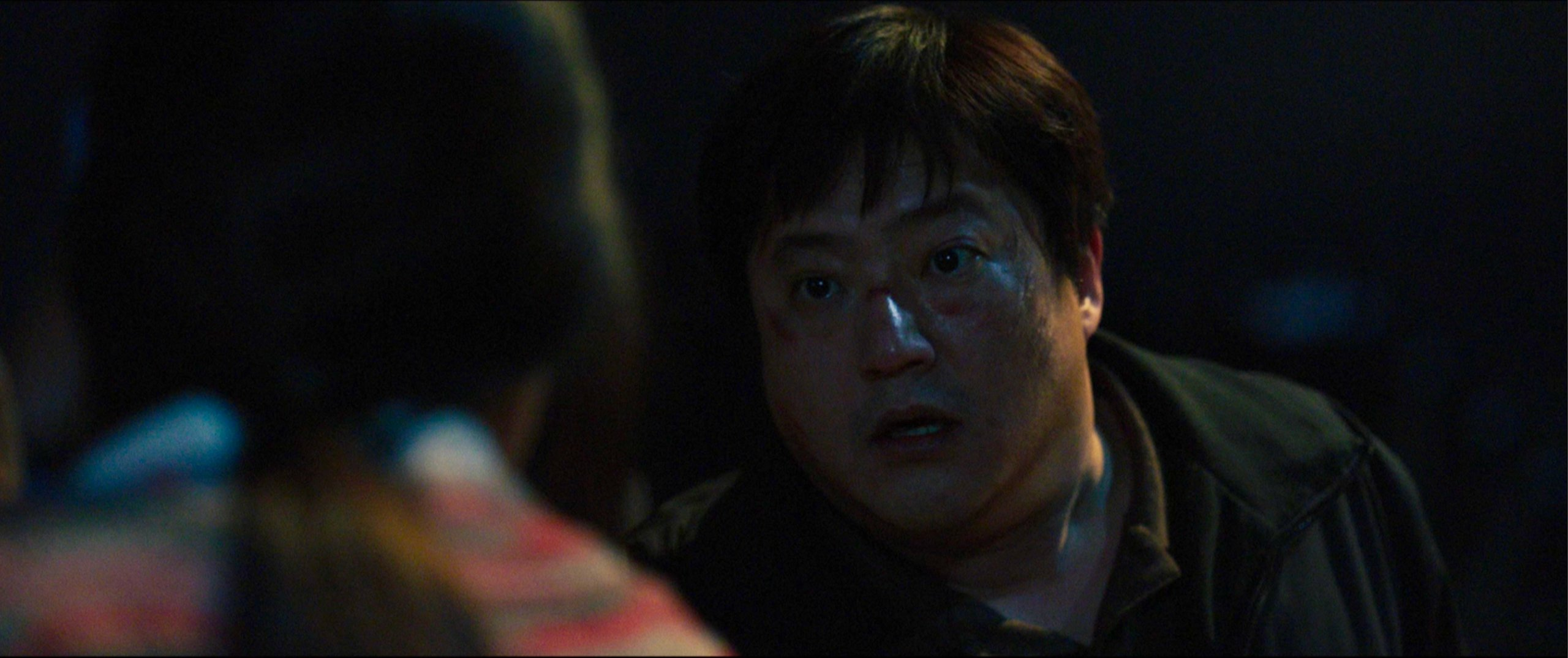 Jong-goo doesn't know if he can believe Moo-myung (The Woman in White) in The Wailing